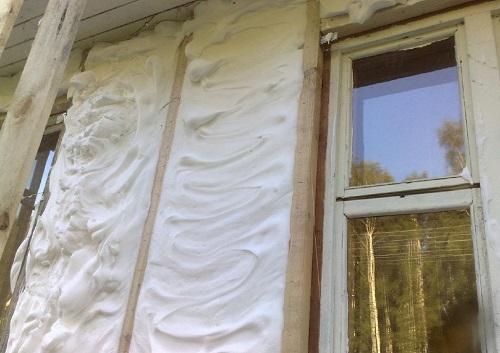 Заливка пеноизола под стену деревянного дома