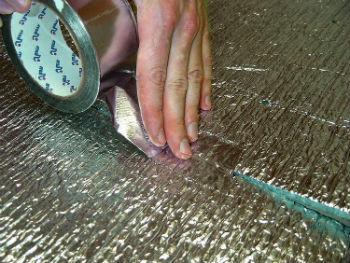 Проклейка стыков пароизоляционной пленки алюминиевым скотчем