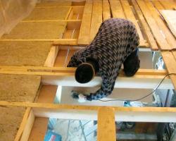 Процесс утепления деревянного перекрытия из балок