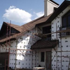 Внешний вид здания на одном из этапом утепления армированным пенопластом
