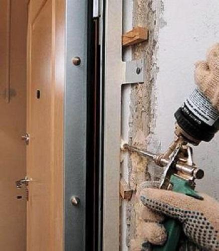 Запенивание стыков дверной коробки и стены