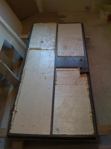 Пенопласт должен максимально плотно прилегать к ребрам жесткости дверей