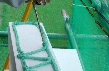 Нанесение полиуретанового клея на пенополистирольную плиту