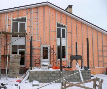 Дом защищенный теплоизоляционным слоем из пеноплекса, ждет финишной отделки