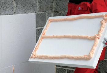 Клей-пену на плиту пенопласта наносят по периметру, одной четкой лентой