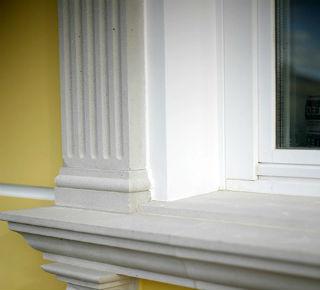Фасадный молдинг, что используется для акцентирования внимания на  окне