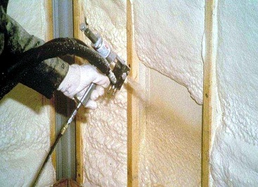 Напыление полиуретана на стену