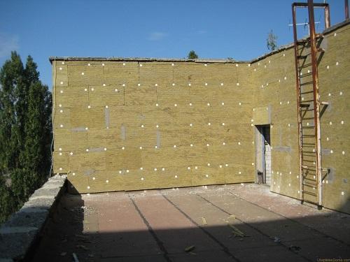Утепленный минеральной ватой фасад здания