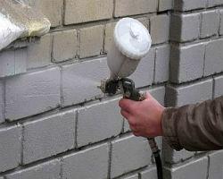 Жидкую теплоизоляция наносят на стену
