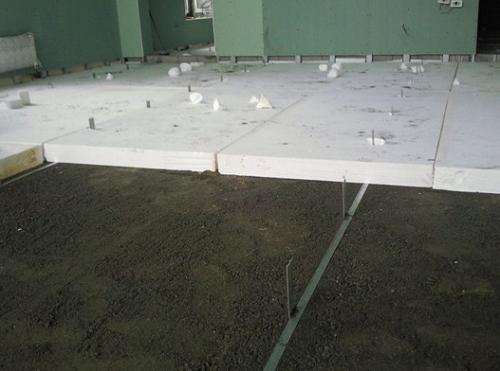 Расположение плитного утеплителя для теплоизоляции стяжки