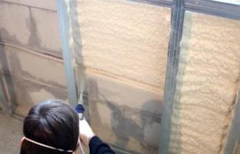 Нанесение пенополиуретана на стены дома из газобетона