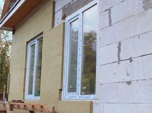 Утепленная снаружи стена дома из пеноблока