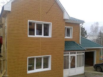 Дом, отделанный деревянным сайдингом
