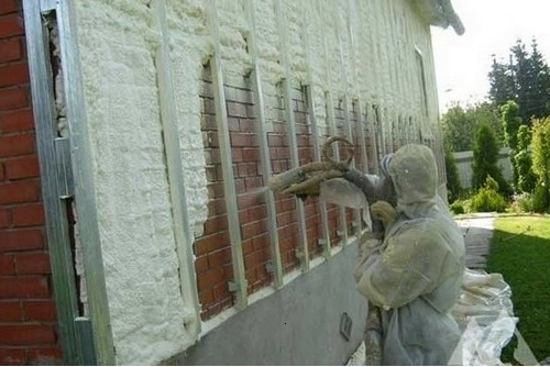 Утепление стен дома жидким пеноизолом