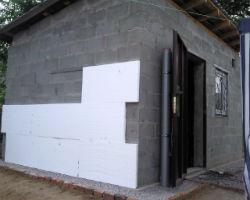 Стену дома утепляют пенополистирольными плитами