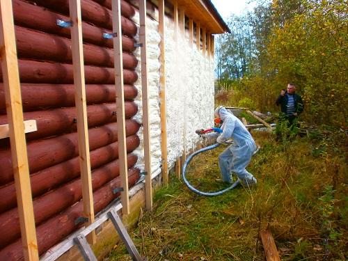 Утепление деревянного дома жидким пеноизолом