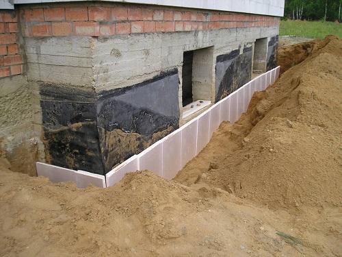 Лучше всего утеплять цоколь еще на стадии строительства дома
