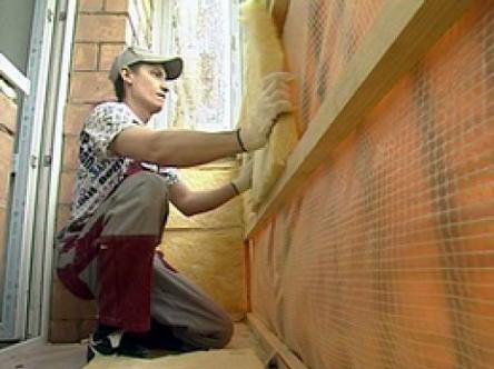 Процесс утепления стены лоджии минватой