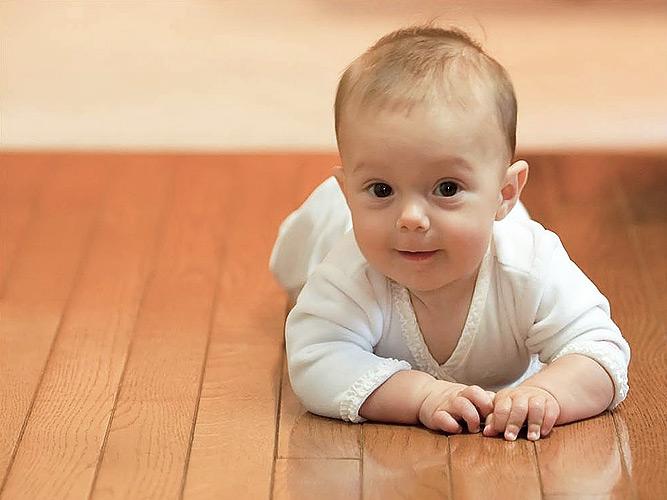 Ребенок на полу