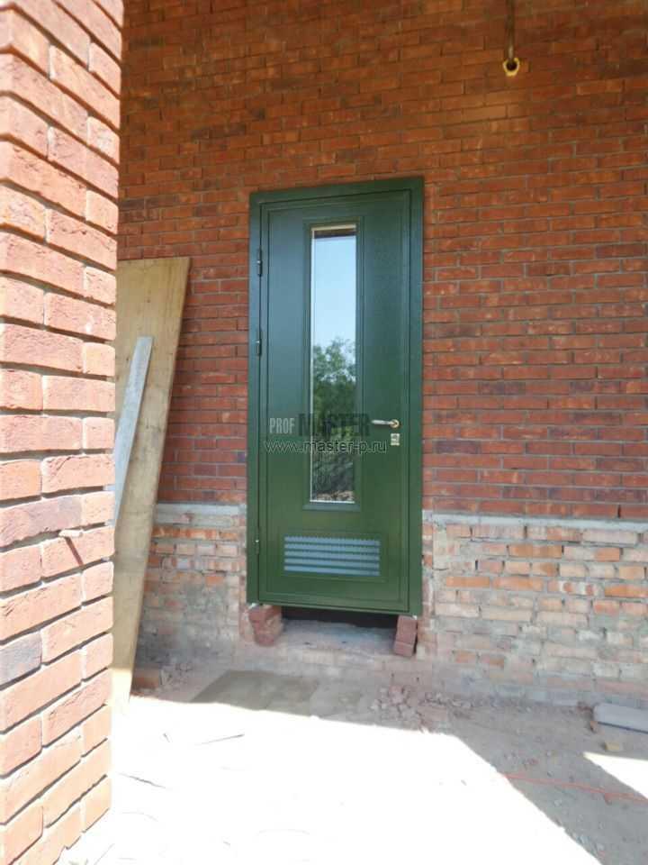 Двери в котельную продаются сразу с решеткой в нижней части