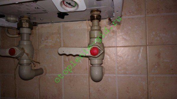 Обвязка электрической мини-котельной — шаровые краны на входе и на выходе.