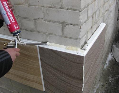 Монтаж панельных утеплителей с посадкой на жидкий пенопласт