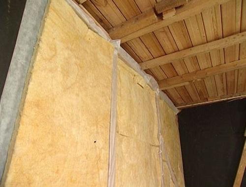 Минеральная вата установленная в деревянный каркас