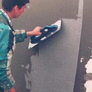 Процедура нанесения фасадной штукатурки на пенопласт широким шпателем