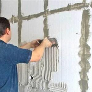 Нанесение малым шпателем фасадной штукатурки на пенопласт