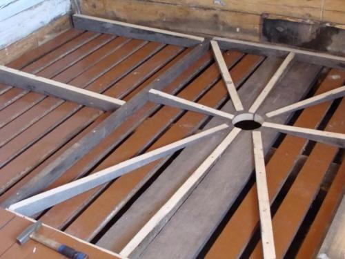 Лаговый деревянный пол с системой водостока под утепление