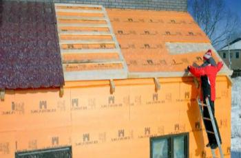Приклеивание плит пеноплекса для утепления дома