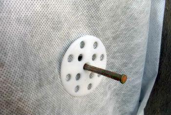 Процесс крепления теплоизоляции с помощью дюбеля