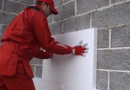 Приклеивание листа пенопласта к стене