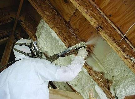 Процесс напыления ППУ на крышу изнутри
