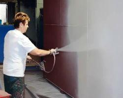 Процесс нанесения термокраски на стену дома