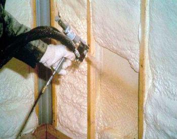 Пеноизол наносят специальными инструментами на заранее собранный каркас