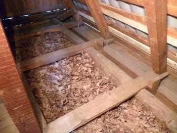 Потолки можно утеплять даже древесной стружкой, особенно на чердаке