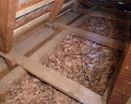 Утепленный опилками потолок со стороны чердака