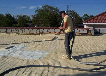 Процесс напыления ППУ на крышу снаружи