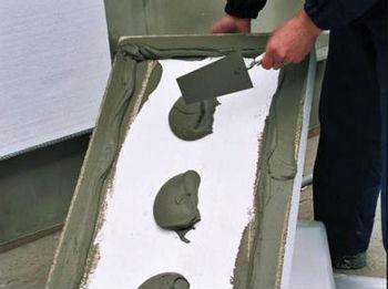 Нанесение стандартного клея на плиту пенопласта