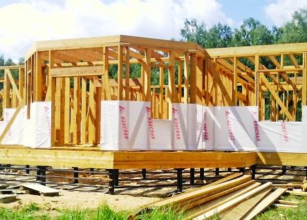 Процесс укладки мембраны Изоспан при строительстве дома