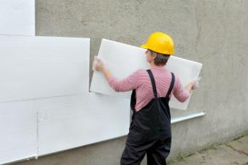 Укладка пенополистирольной теплоизоляции на стену с помощью приклеивания