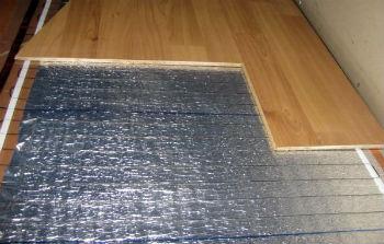 Поверх электрического пола необходимо проложить изоляцию, а затем уже класть ламинат