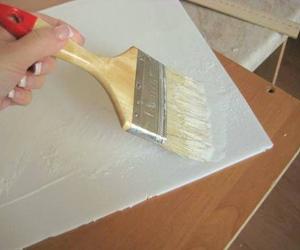 Процесс поклейки потолочной плитки
