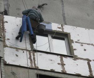 Покрытие стены изоляцией из пенопласта